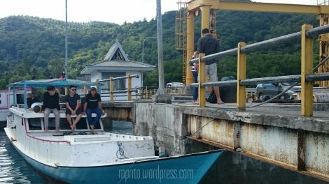 Kapal kayu untuk menuju kawasan Takabonerate